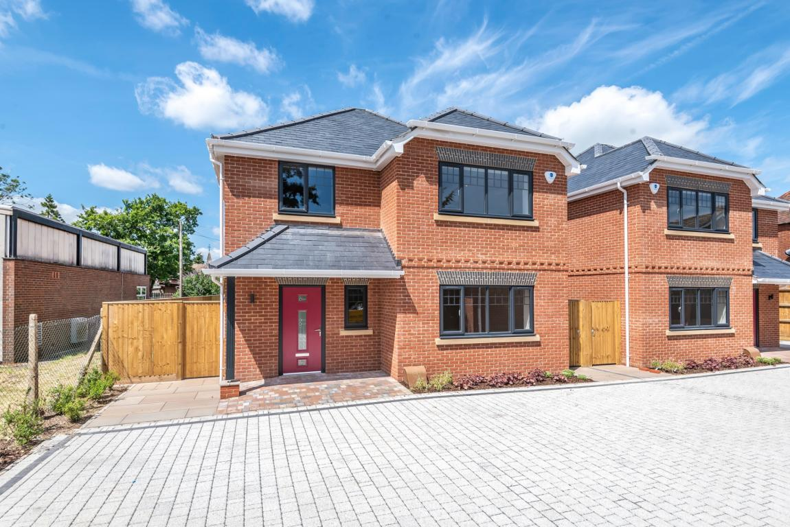Brand new 4bed in Reading for family